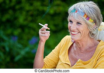 αναπτυγμένος γυναίκα , κάπνισμα