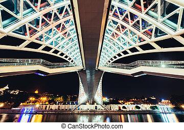 αναφέρω ένα προς ένα αντίκρυσμα του θηράματος , από , γαληνεμένος γέφυρα , μέσα , tbilisi, τη νύκτα , γεωργία
