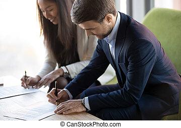 αναχωρώ , κάθονται , γραφείο , businesspeople , ασιάτης , contr , καυκάσιος