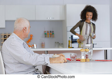 ανώριμος αγαπημένη , preparaing, γεύμα , για , ηλικιωμένος ανήρ