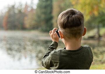 ανώριμος αγόρι , βγάζω φωτογραφία , ένα , λίμνη , έξω