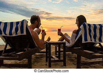 ανώριμος ανδρόγυνο , πόσιμο , ίππος με ψαλιδισμένη ουρά , επάνω , ένα , παραλία , σε , ηλιοβασίλεμα , κατά την διάρκεια , διακοπές