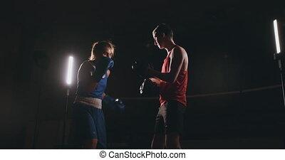 ανώριμος ενήλικος , γυναίκα , έργο , kickboxing , εκπαίδευση...