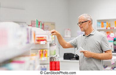 ανώτερος ανδρικός , πελάτης , με , ναρκωτικό , σε , φαρμακευτική