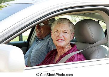 ανώτερος ανδρόγυνο , αναμμένος άμαξα αυτοκίνητο
