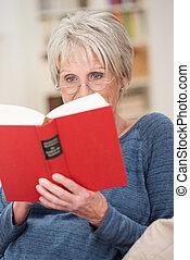 ανώτερος γυναίκα , βιβλίο , ανακουφίζω από δυσκοιλιότητα