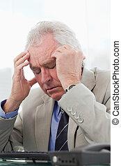 ανώτερος ζωντανή περιγραφή προσώπου , διαχειριστής , έχει , πονοκέφαλοs , εξαντλημένος