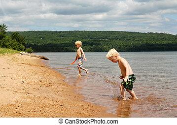 ανώτερος , λίμνη , παιδιά , δυο , παραλία , παίξιμο