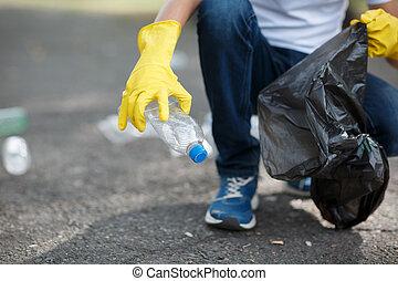 αποθήκη , αρσενικό , νοικοκυριό , κίτρινο , μαύρο , λάστιχο , τσάντα , γάντια , ανάμιξη , μικρό , ακουμπώ , σπατάλη , απ' έξω.