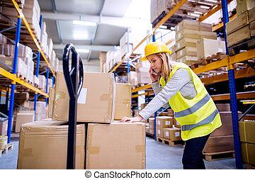 αποθήκη , γυναίκα , εργάτης , smartphone.
