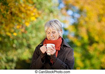 απολαμβάνω , καφέs , γυναίκα , πάρκο , αρχαιότερος