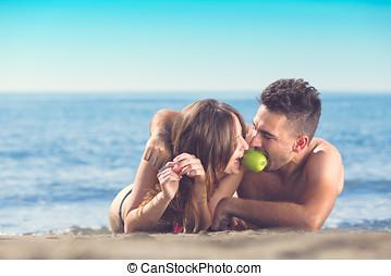 απολαμβάνω μήλο , απλά , ζευγάρι , παντρεμένος , θέτω , παραλία , ευτυχισμένος