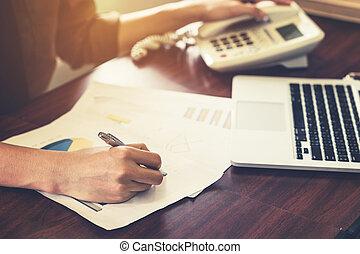 απόχρωση , γραφείο , επιχείρηση , κρασί , filter., νέος , γράψιμο , τηλέφωνο , χαρτί , sunlight., χρησιμοποιώνταs , χέρι , άντραs