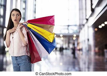αρπάζω , γυναίκα αγοράζω από καταστήματα , έκφραση , έκπληκτος , ευτυχισμένος