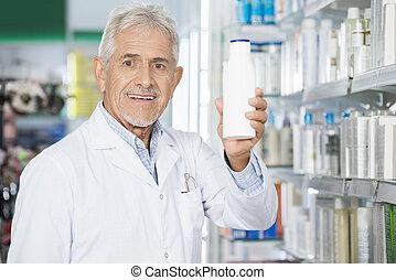 αρσενικό , φαρμακοποιός , κράτημα , σαμπουάν , μπουκάλι , μέσα , φαρμακευτική