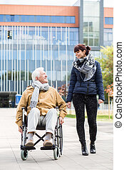 αρχαιότερος , αναπηρική καρέκλα , άντραs