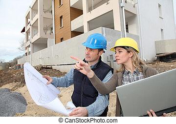 αρχιτέκτονας , και , μηχανικόs , looking at , σχέδιο , επάνω...