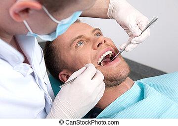 ασθενής , σε , οδοντίατρος , ακολουθία. , άνω τμήμα αντίκρυσμα του θηράματος , από , ανήρ βαρύνω , σε , ο , καρέκλα , μέσα , οδοντιατρικός ακολουθία , και , γιατρός , διερευνώ , δόντια