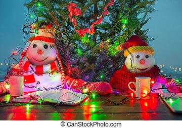 αστείος , ζεστός , αναπαυτικός , οικογένεια , κύπελο , smiles., καπέλο , δυο , xριστούγεννα , αόρ. του scarf , καρότο αιχμή , έτος , διακοπές χριστουγέννων. , καινούργιος , ευτυχισμένος , snowmen , concept., τραπέζι , πίνω