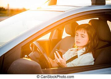 ατενίζω , αυτοκίνητο , οδήγηση , τηλέφωνο