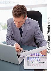 ατενίζω , επιχειρηματίας , laptop , δικός του