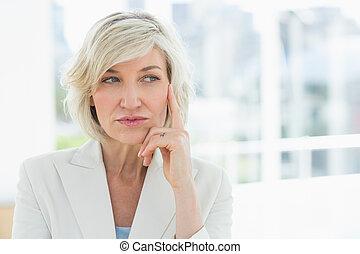 ατενίζω , ώριμος , μακριά , επιχειρηματίαs γυναίκα