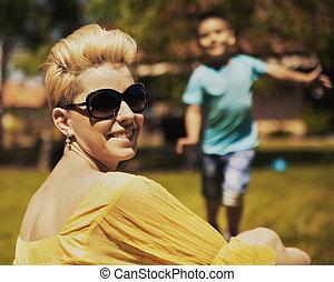 αυτήν , υιόs , φόντο , μητέρα , πορτραίτο , χαμογελαστά