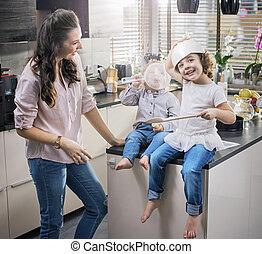 αυτήν , chherful, αγρυπνία , έχει , μαμά , αστείο , παιδιά , κουζίνα