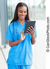αφρικανός , γιατρός , χρησιμοποιώνταs , δισκίο , ηλεκτρονικός υπολογιστής