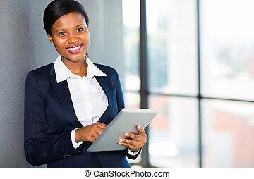αφρικανός , επιχειρηματίαs γυναίκα , χρησιμοποιώνταs , δισκίο , ηλεκτρονικός υπολογιστής