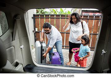 βάζω , άμαξα αυτοκίνητο κορμός , οικογένεια , βαλίτσα