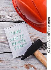 βάζω στο τραπέζι. , ξύλινος , σημείωση , ασφάλεια , αρχή , πριν , εργαλεία , κρίνω , εργαζόμενος