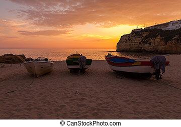 βάρκα , ηλιοβασίλεμα , τρία