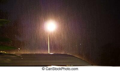 βαρύς , βρέχει , τη νύκτα , επάνω , αυτοκίνητο