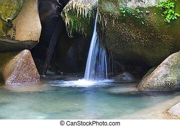 βγάζω τα κουκούτσια , βουνό , ορμίσκος , ρυάκι , ρεύση , γοητευτικός , νερό , ανάμεσα