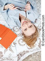 βιβλίο , γυναίκα , κρεβάτι , ανακουφίζω από δυσκοιλιότητα , διάβασμα