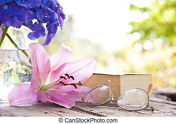 βιβλίο , επάνω , ο , γριά , τραπέζι , με , λουλούδια