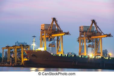 βιομηχανικός , δοχείο , φορτίο , έξοδα μεταφοράς εμπορευμάτων επιβιβάζω , με , εργαζόμενος , γερανός , γέφυρα , μέσα , ναυπηγείο , σε , λυκόφως , για , logistic , εισάγω , εξάγω , φόντο