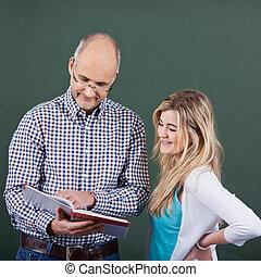 βοηθώ , καθηγητής , εφηβικής ηλικίας , εναντίον , chalkboard , κορίτσι , σπουδές
