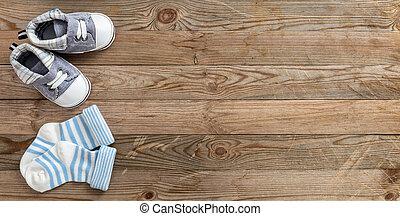 βρέφος αγόρι , παπούτσια , και , κάλτσεs , επάνω , ξύλινος ,...