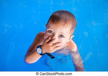 βρέφος αγόρι , χαμογελαστά , κερδοσκοπικός συνεταιρισμός , κολύμπι