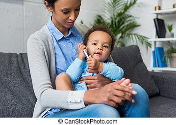 βρέφος αγόρι , smartphone, μητέρα