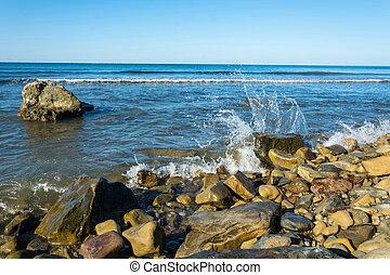 βραχώδης , seashore.