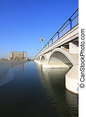 γέφυρα , και , παγωμένος , ποτάμι , κάτω από , ο , γαλάζιος ουρανός