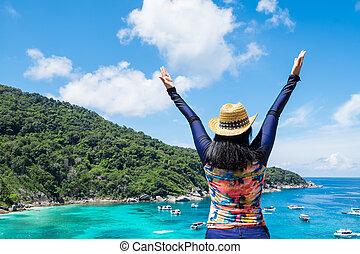 γαλάζιο βουνήσιος , ανέθρεψα , γυναίκα , χρωματιστός άνω τμήμα , βλέπω , ουρανόs , διακοπές , όπλα , traveling., ασιάτης , οκεανόs , κουστούμι , ταξιδιώτης , θάλασσα , βοηθώ βάρκα , κολύμπι