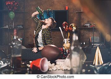 γενειοφόρος , μετά , νέος , επακόλουθο μέθης , μπουκάλι , πάρτυ , πόσιμο , άντραs , κρασί