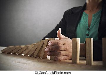 γενική ιδέα , αρέσω , αλυσίδα , επιχειρηματίαs γυναίκα , ντόμινο , ανακόπτω , αποτρέπω , αποτυχία , πέφτω , game., επιχείρηση , κρίση