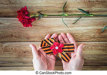 γενική ιδέα , φόντο , από , μπορώ , 9 , ρώσσος , γιορτή , νίκη , day., γριά , κράτημα , μέσα , ανάμιξη , ένα , κόκκινο , γαρύφαλλο , και , st. γεώργιος , ribbon., διαμέρισμα , θέτω
