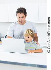 γεννήτωρ και γιος , δουλεία χρήσεως laptop