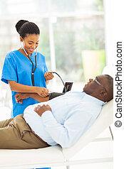 γιατρός , έλεγχος , νέος , ανεκτικός , πίεση , αίμα , αφρικανός , αρχαιότερος